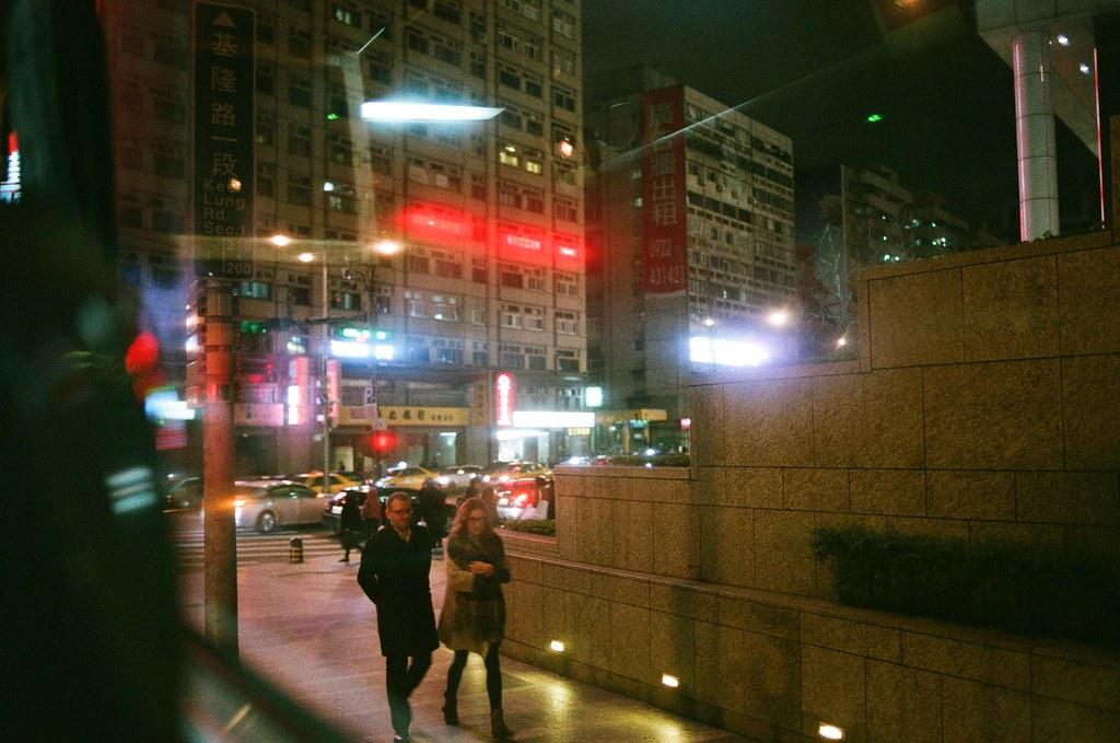 On the way to Japan, Taipei, Taiwan / AGFA VISTAPlus / Nikon FM2 我記得這裡,市政府轉運站,那時候搭車準備前往桃園機場。  早上把要出發的行李都帶到公司,在出發前才打電話回家說會去日本直到農曆年初一才會回高雄。  妳知道嗎?前往機場的路上我一直再想這趟旅行該不該再寄東西給妳,一直再想我該怎麼辦去停止這樣的行為。  我想到頭很痛,看著窗外,然後大腦裡不斷的重新思考會不會哪裡又考量錯誤。  說真的,還是那麼記憶著,但卻很難過的過著。  Nikon FM2 Nikon AI AF Nikkor 35mm F/2D AGFA VISTAPlus ISO400 8264-0001 2016/01/30 Photo by Toomore