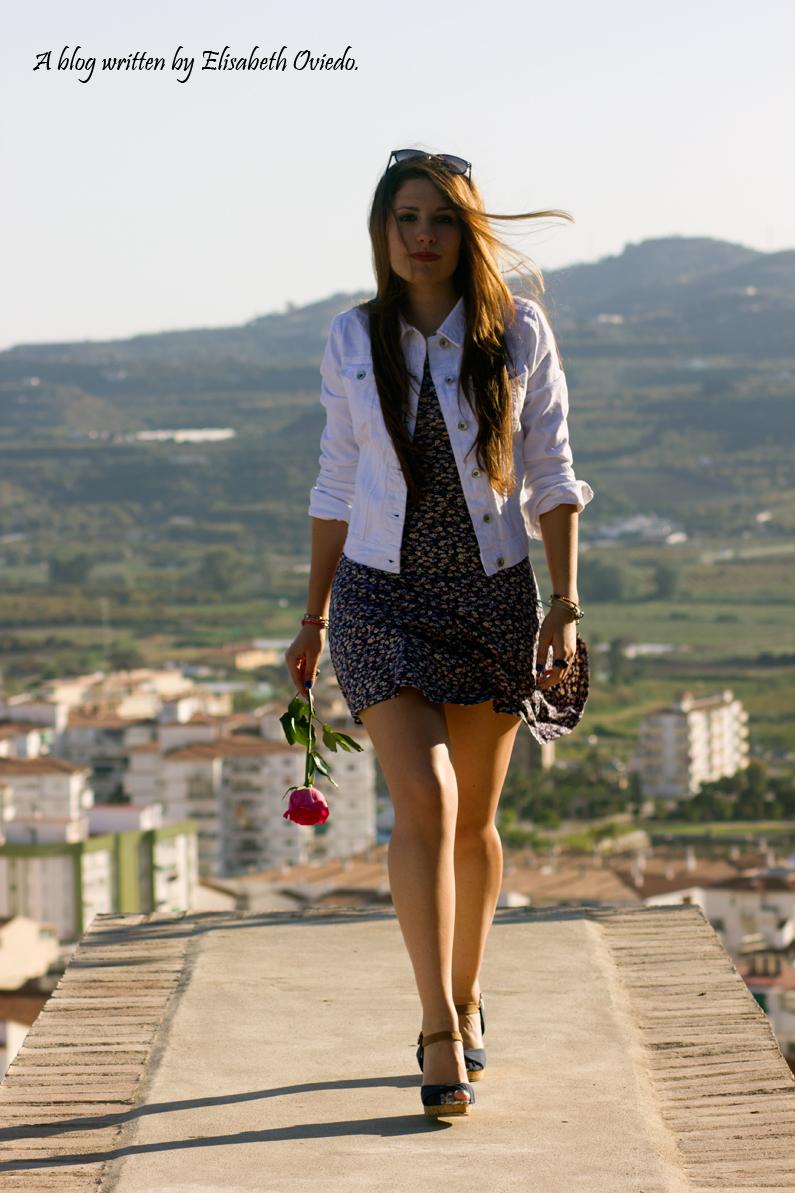 vestido floral y chaqueta denim blanca HEELSANDROSES stradivarius (22)