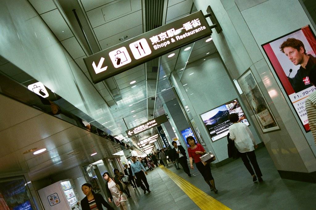 東京駅 Tokyo, Japan / AGFA VISTAPlus / Nikon FM2 東京車站裡的「東京駅一番街」很酷,裡面有日本所有地區的伴手禮,去很多地方來不及買,在這裡可以作弊一次買完!  Nikon FM2 Nikon AI AF Nikkor 35mm F/2D AGFA VISTAPlus ISO400 0994-0004 2015/09/30 Photo by Toomore