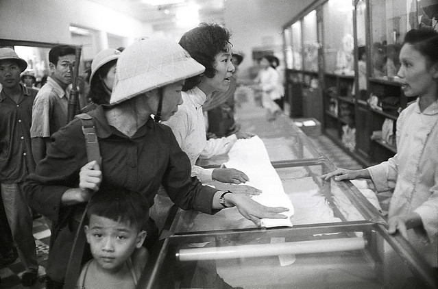 HANOI 1965 - Cửa hàng bách hóa tổng hợp - Photo by Romano Cagnoni
