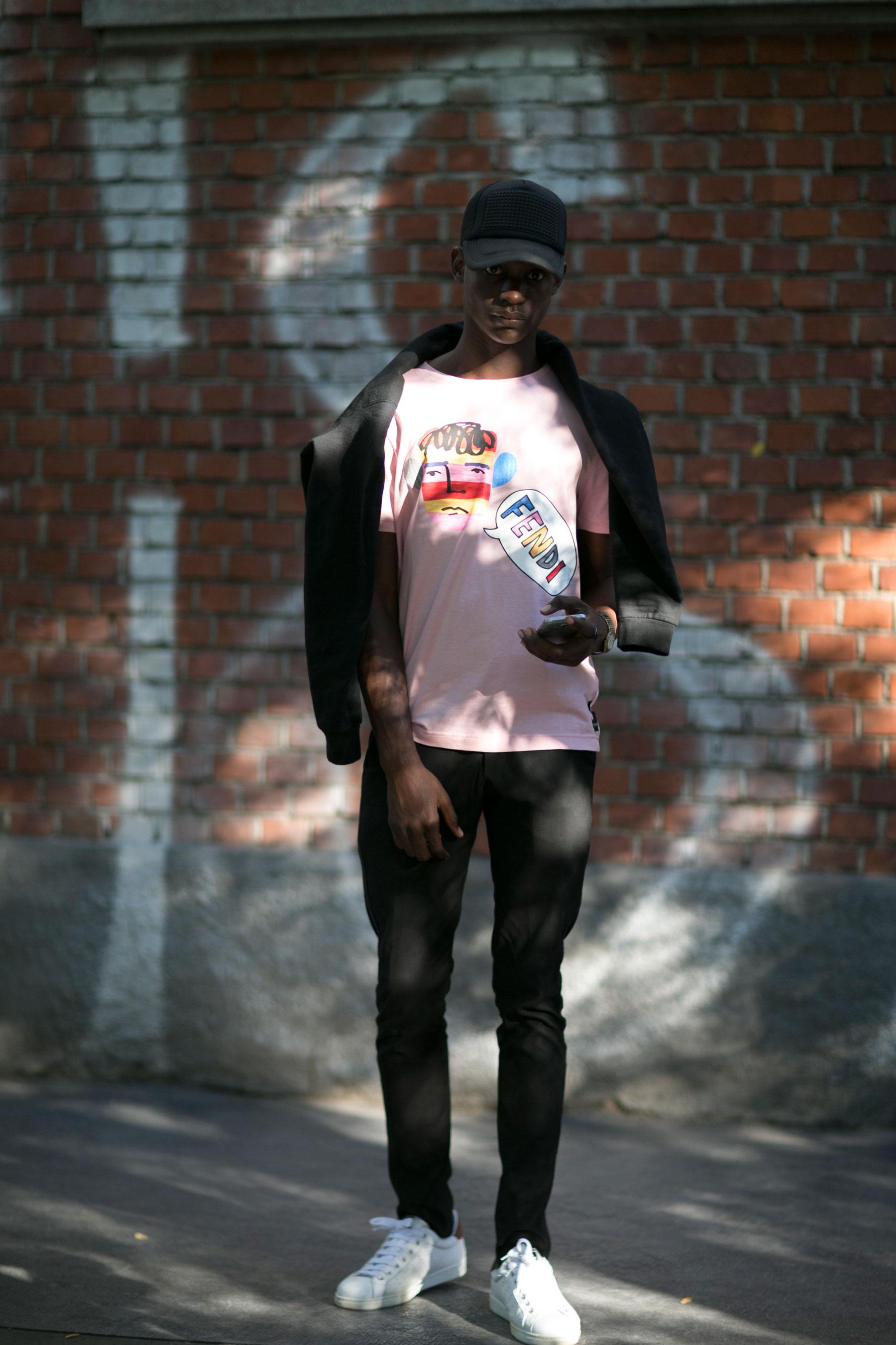 黒キャップ×FENDIピンクTシャツ×黒テーパードパンツ×スタンスミス