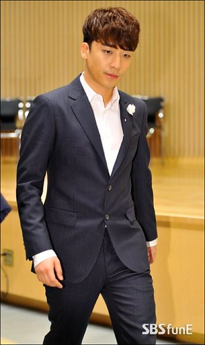 seungri_angel_eyes_press_conference_140403_005-400x673