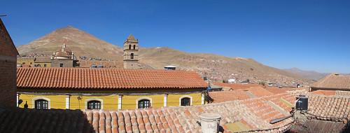 Potosi: vue depuis notre auberge. Au fond, le Cerro Rico et ses mines.