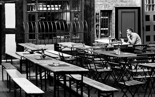 thefirstguest dererstegast kneipe boernerviertel city freitag blackandwhite blackwhite bw black white sw schwarzweiss schwarz weiss monochrome einfarbig noiretblanc noirblanc noir blanc electrolitephotography electrolite pub cafe afternoon goettingen