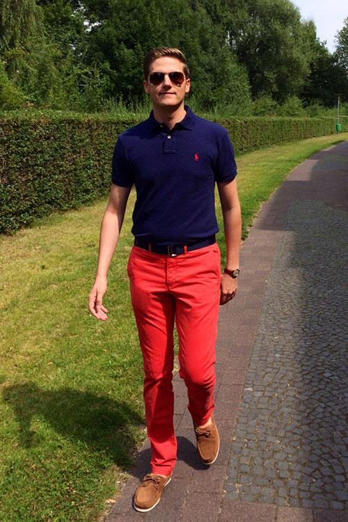 ラルフローレン紺ポロシャツ×赤カラーパンツ×キャメルデッキシューズ