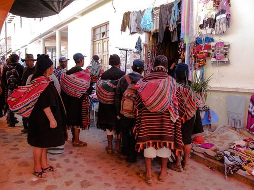 Tarabuco: le marché dominical. Les indiens des montagnes aiment regarder la TV au marché. Admirez le beau chapeau traditionnel en avant-plan à droite.