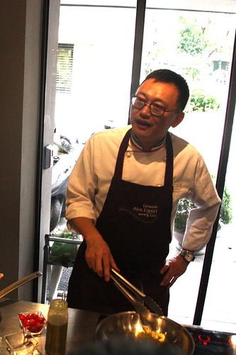 主廚王嘉平正在示範蛤蜊義大利麵。攝影:洪郁婷