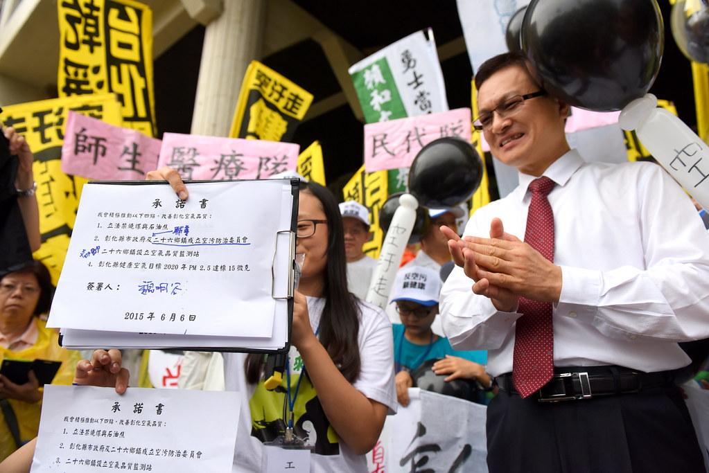 彰化縣長魏明谷(右)簽署承諾前,更改承諾書字樣為「輔導」、「協助」角色。(攝影:宋小海)