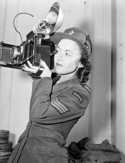 CWAC Sergeant Karen M. Hermiston holding an Anniversary Speed Graphic camera, London, England / La sergente Karen M. Hermiston, du SFAC, tenant un appareil photo du modèle Anniversary Speed Graphic, à Londres, en Angleterre