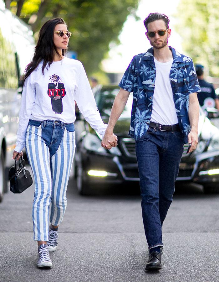 紺アロハシャツ×白無地Tシャツ×デニムパンツ×黒ダービーシューズ