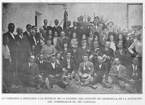 Autoridades e invitados a la entrega de la bandera del Somatén en Granátula, en la actuación del Gobernador Sr. del Castillo.