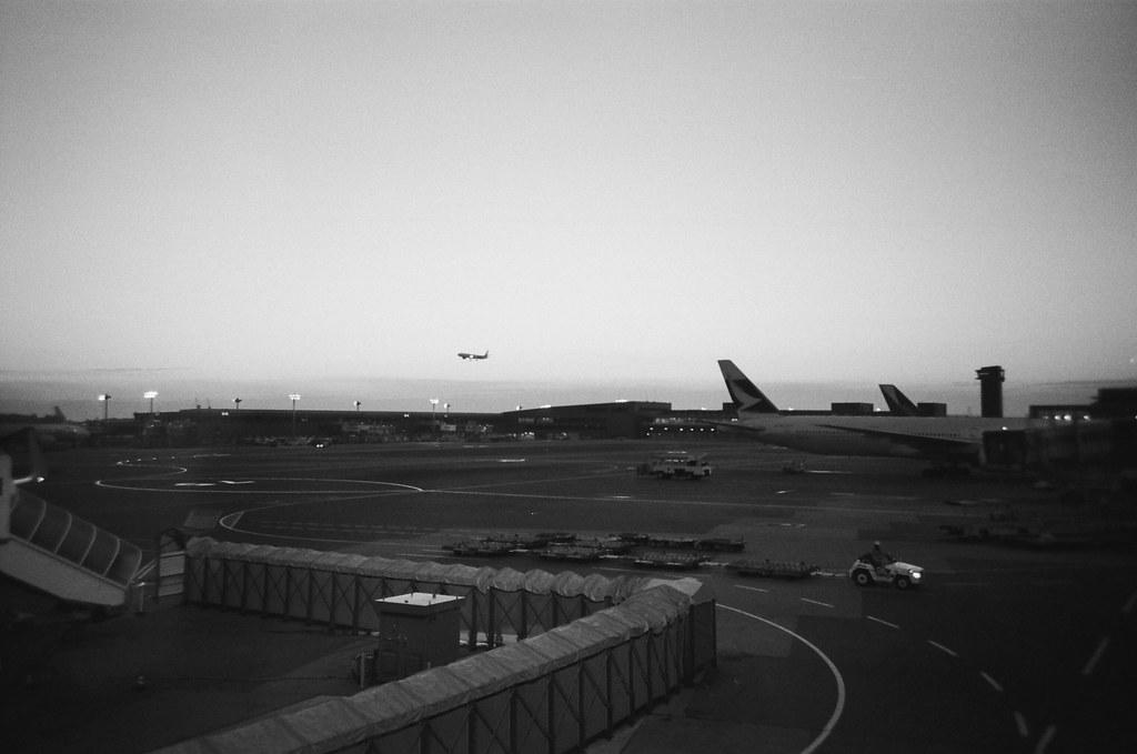 Narita Air Port NRT, Japan / Kodak TRI-X / Lomo LC-A+ 在成田機場等飛往札幌的班機,看著其他飛機飛離、降落,想想自己也來日本好多次了。  一直來東京或是經過東京,只是想看看曾經走過的地方是不是還和記憶裡的場景是一樣的,但縱使不一樣了,也想看能否把腦袋裡的覆蓋掉。  好想再飛遠一點,或是說,可以就這樣真的不要回來了。  該有多好。  Lomo LC-A+ Kodak TRI-X 400 / 400TX 8561-0004 2016/01/31 Photo by Toomore