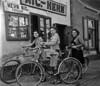 Mit dem NSU-Rad zum Fotoshooting in den 1940er Jahren. Ein Werbeslogan in dieser Zeit war: Fahr auch du mit NSU!