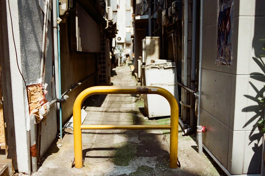 橫濱中華街 Yokohama, Japan / Kodak ColorPlus / Nikon FM2 在橫濱中華街裡轉來轉去,想要走一個完全不看地圖先探險的方式逛,但肚子有點餓,要把這一區所有都走一遍才決定要吃哪一間。  我記得去長崎的時候也有中華街,整條都是賣中華料理,但有時候想想,我平常生活的台北,也算是中華料理吧,那到底到了日本還要吃中華料理嗎?  恩,最後還是吃看看,看看有什麼差異,就像在台北也吃得到拉麵,但直覺還是會去吃。  Nikon FM2 Nikon AI AF Nikkor 35mm F/2D Kodak ColorPlus ISO200 6412-0006 2016/05/21 Photo by Toomore