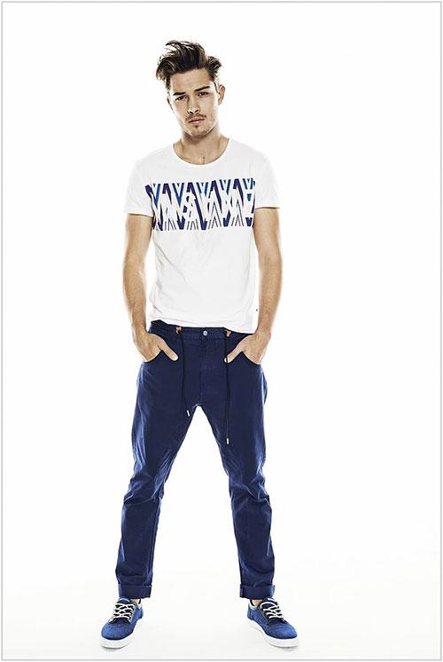 白グラフィックTシャツ×紺チノパン×紺スニーカー