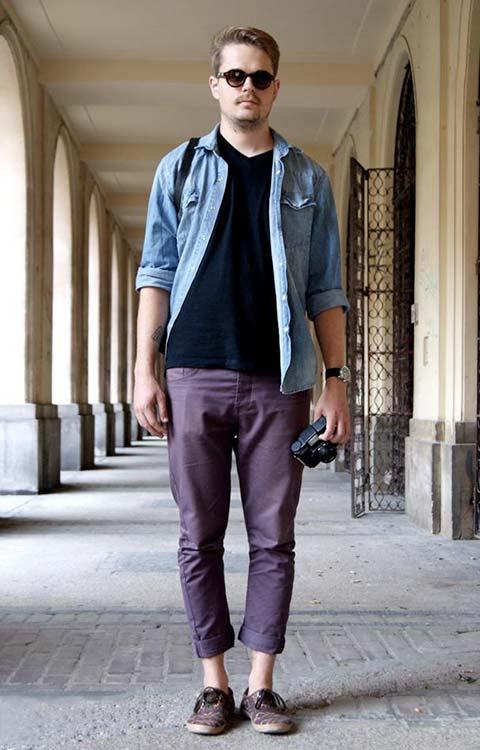 ダンガリーシャツ×紫カラーパンツ×アニマル柄スニーカー