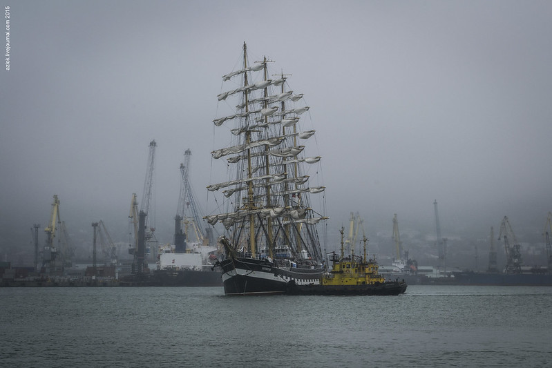 Крузенштерн заходит в порт Новороссийск