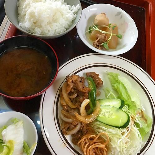 会議と打ち合わせで午前終了( ꒪⌓꒪) お昼は日替わりランチ!焼肉でした! #japan #japanese #japanesefood #lunch