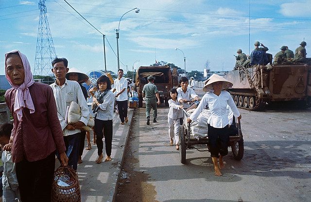 CHOLON 1968 - Vietnamese Fleeing Their Homes - Trên cầu Chữ Y
