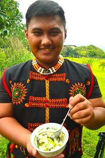 排灣族學生Kuliu Palivulj與同學準備的「野菜鍋飯」(Pinuljacengan),是現場一大亮點。攝影:謝宗璋。